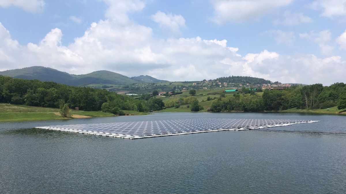 Visite du premier parc flottant photovoltaïque de la compagnie nationale du Rhône à Mornant